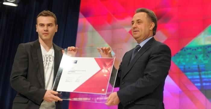 Игорь Акинфеев (слева) получает из рук Виталия Мутко сертификат посла ЧМ-2018